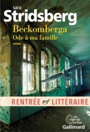 En 1995, Beckomberga ferme ses portes. Ouvert en 1932 dans la campagne près de Stockholm, il devait être «une nouvelle sorte d'hôpital psychiatrique, un nouveau monde où personne ne serait laissé pour compte, où l'ordre et le souci de l'autre seraient de mise», où les fous allaient «enfin être libérés et sortir dans la lumière». Beckomberga a marqué l'adolescence de Jackie, l'héroïne de ce roman : c'est là qu'elle a rendu de nombreuses visites à son père, Jim, au «château des Toqués». En dépit de son amour pour Lone, la mère de Jackie, en dépit de l'existence même de Jackie, cet homme n'a cessé d'affirmer son mal de vivre. Beckomberga : Ode à ma famille est le roman d'un amour passionné, celui d'une jeune femme pour son père, personnage chancelant mais charismatique, et celui qu'elle éprouvera pour son propre fils, Marion, dont l'apparition constituera un rempart contre la folie familiale. Sara Stridsberg retrace deux odyssées palpitantes : celle du rêve qu'a incarné Beckomberga et celle d'une famille, somme toute ordinaire, qui s'aime, se déchire, se retrouve. L'auteure, qui va et vient dans le temps, bâtit une narration magnétique, faite d'éclats de voix : celle de Jackie, de ses souvenirs, de ses rencontres, mais aussi de documents d'archives. Avec une tendresse infinie pour ses personnages, Sara Stridsberg livre ici un grand roman sur la folie, dans une langue sublime.